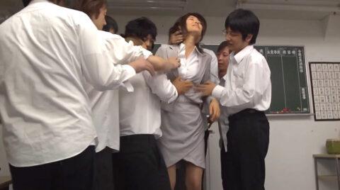 男たちに囲まれてスーツ姿で性的嫌がらせを受ける女の画像 夏目彩春