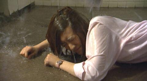 テレビの虐めシーン、水を掛けられてずぶ濡れになる女優 ドラマライフより 福田沙紀