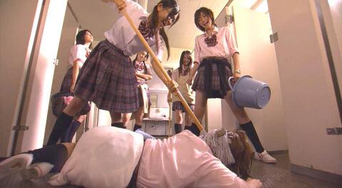 壮絶な虐めドラマ画像、トイレの床に這いつくばるドラマのいじめシーン 福田沙紀