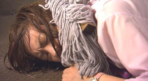 ドラマのいじめ画像テレビドラマ ライフで便所の床に押さえつけられるいじめを受ける福田沙紀