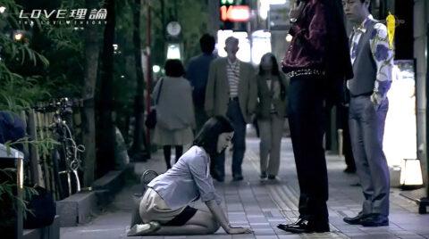 男の足元に街中土下座する女