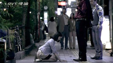 TVドラマエロシーン 街中で土下座する女 有名人 芸能人 渡辺舞