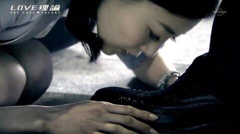 うずくまって靴を舐める女の画像 /SMJP