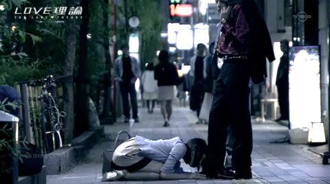 夜の繁華街で公開土下座謝罪する女 テレビドラマエロ場面