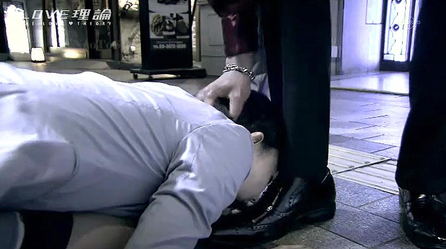 街中で男の足元に土下座でひれ伏して靴を舐めさせられる女