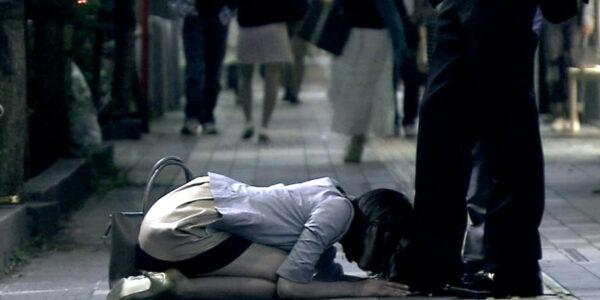 TVドラマの土下座シーン 街中で土下座させられる女画像