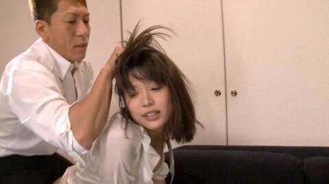 暴漢に襲われる女の画像、髪の毛鷲掴みで引っ張られて襲われて犯される女の画像 葵つかさ