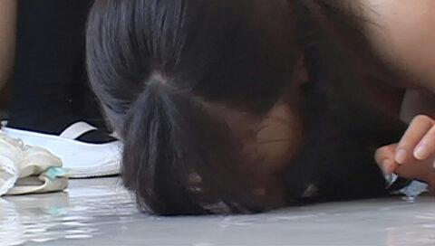 残酷な同性いじめ画像、床舐めを強要される壮絶な虐めを受ける女の画像 初美沙希
