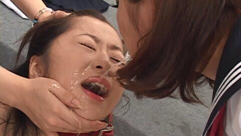 残酷な同性いじめ画像、唾を飲まされる壮絶な虐めを受ける女の画像 初美沙希