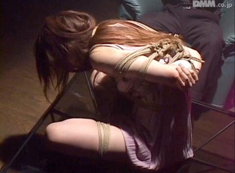 SM緊縛画像、拷問SM調教で胡坐縛りにされて内臓を圧迫される女の画像 杉浦美由
