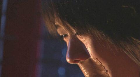 口をガムテープで貼られて涙を流す 有名女優 北乃きい TVドラマライフ