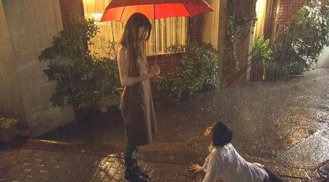 テレビドラマ 有名人のエロシーン、びしょ濡れになって路上にうずくまる女 北乃きい