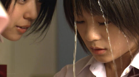 TVドラマ、学校のいじめ 同級生に頭から水を掛けられる女 北乃きい