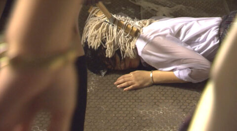 残酷いじめ 水責めでびしょ濡れ モップで便所の床に押し付けられる女 北乃きい
