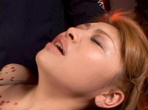 女の泣き顔画像、強烈な鞭連打調教に涙を流す女の画像 星ありす