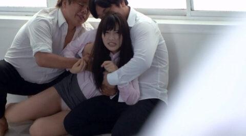 集団強姦画像、男二人に押さえつけられて必死に抵抗する女の画像 市川まさみ/なおとSM