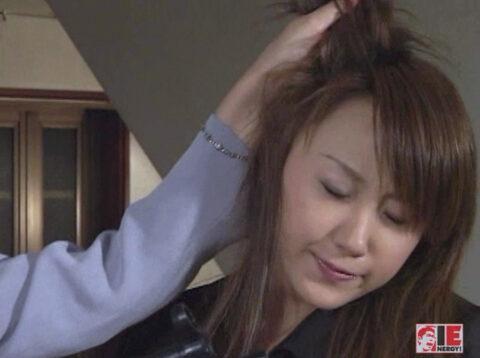 雑の扱われる女のAV画像、髪の毛鷲掴みで引っ張られる女の画像 君嶋もえ/SMJP=なおとSM=