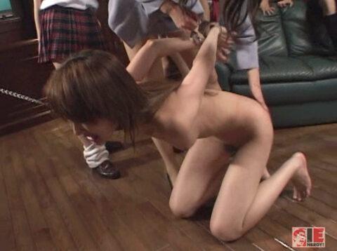 無残に全裸で虐げられる女のエロ画像後ろ手に手錠されて跪かされる女のエロ画像 君嶋もえ/SMJP=なおとSM=