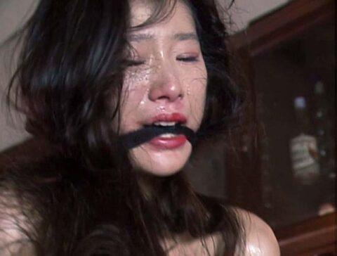 屈辱的なSM公開調教に泣きながら耐える女の画像、惨めに辱められてSM調教されて涙を流す女の画像 芦屋瞳/SMJP=なおとSM=