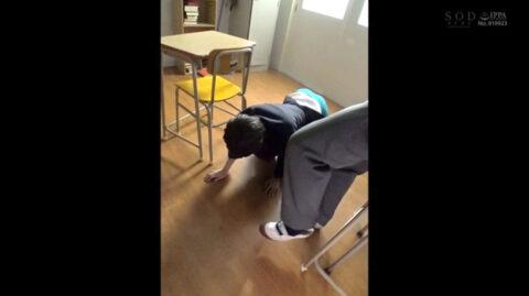 学校のいじめ動画 同級生の足元に四つん這いで跪かされる女のAVエロ画像 竹田ゆめ=市来まひろ/SMJP=なおとSM