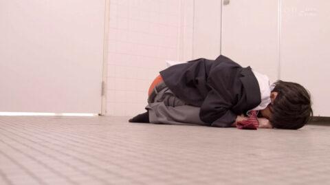 便所で トイレで 床に這いつくばって土下座させられて絶望する女のAVエロ画像 竹田ゆめ=市来まひろ/SMJP=なおとSM
